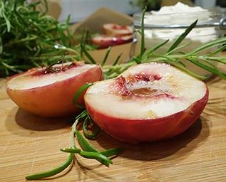 Honungs- och rosmarinrostade persikor med mascar..