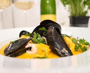 Fisk- och skaldjurssoppa med saffran och fänkål