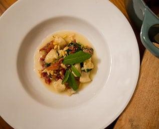 Gnocchi med prosciutto och bladspenat