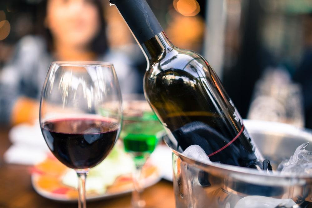 Kallt rött vin? Här är sorterna som funkar